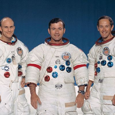 https://upload.wikimedia.org/wikipedia/commons/thumb/7/7a/Apollo_16_crew.jpg/1024px-Apollo_16_crew.jpg