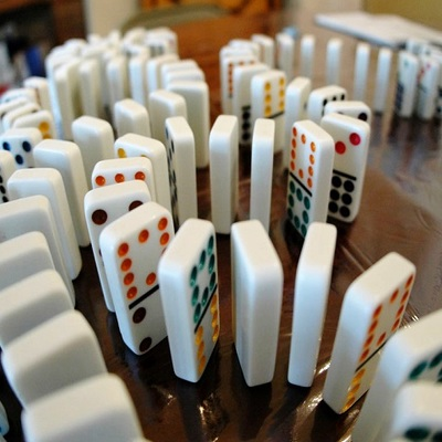 https://hr.wikipedia.org/wiki/Domino#/media/Datoteka:Toppledominos.jpg