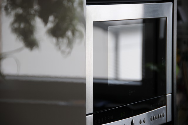 Mikrovalna pećnica; Izvor: https://pixabay.com/en/chrome-kitchen-microwave-493101/
