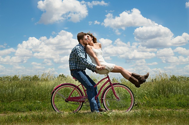 https://pixabay.com/en/engagement-couple-romance-bike-1718244/