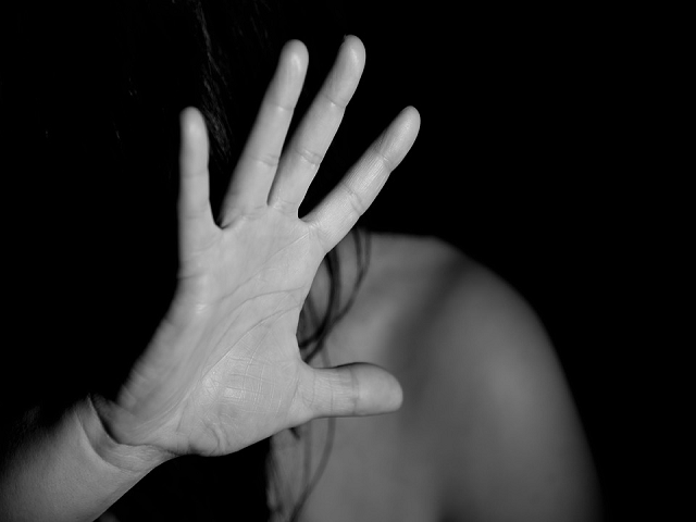 https://pixabay.com/photos/hand-woman-female-nude-fear-1832921/