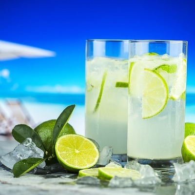 https://pixabay.com/photos/lemonade-beverage-citrus-cold-3468107/