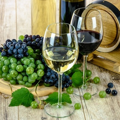 https://pixabay.com/photos/wine-glass-white-grapes-drinks-1761613/