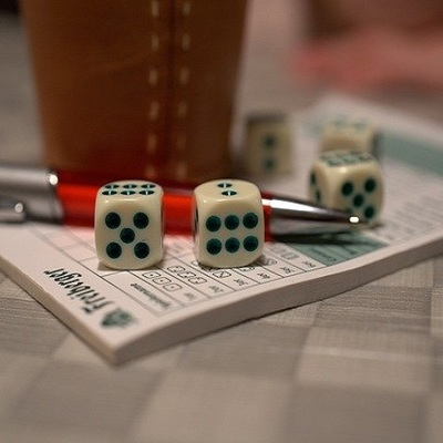 https://pixabay.com/it/photos/yahtzee-ascolta-cubo-craps-3898161/